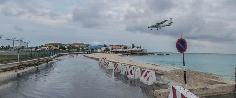 Maho Beach - low hanging plane in Sint Maarten